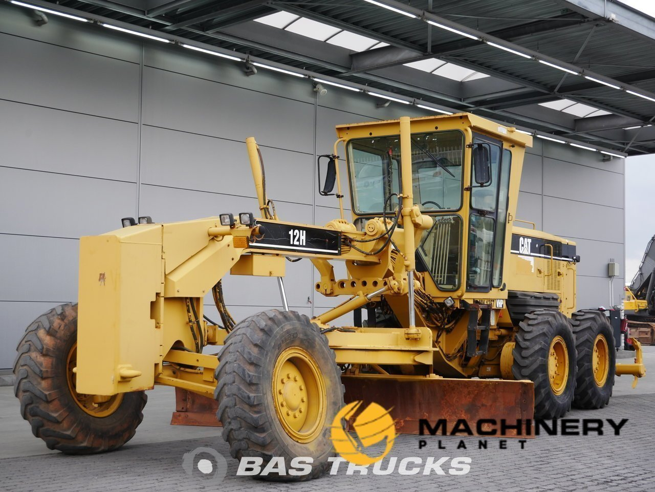 Used-Construction-equipment-Caterpillar-12H-6X2-2006_148321_1-1554107554259_5ca1cca23f3ee-1.jpg